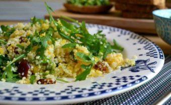 Салат с рукколой и маслинами