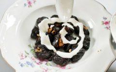 чернослив, начиненный половинками грецкого ореха