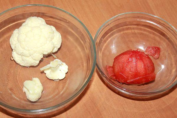 снимаем кожу с помидора и разделяем капусту на соцветия