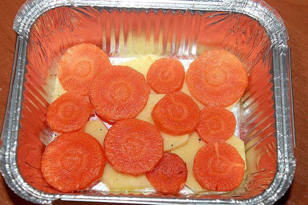выкладываем картофель и морковь в форму для выпечки