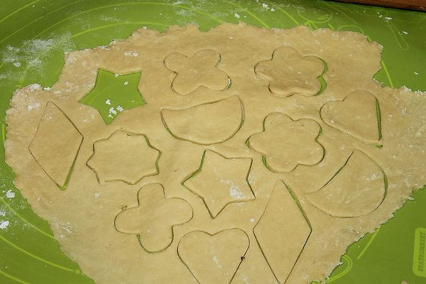 Раскатываем тесто и нарезаем