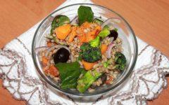 Теплый салат из перловки и овощей