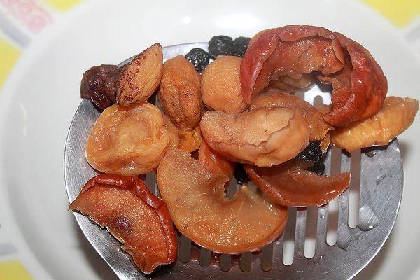 Достаем фрукты из компота