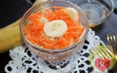 Салат с морковью и бананом