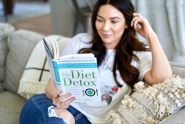 Девушка читает книгу про диеты