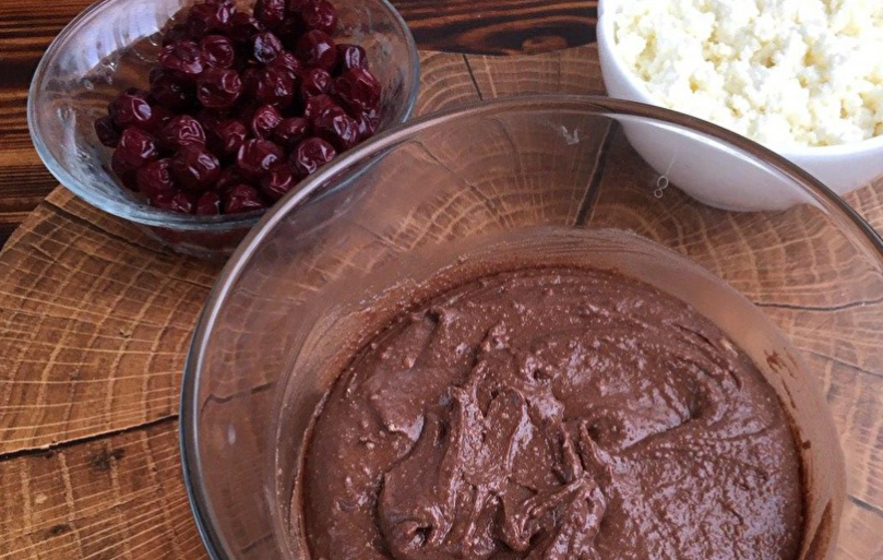 Приготовить начинку: смешать творог и ягоды