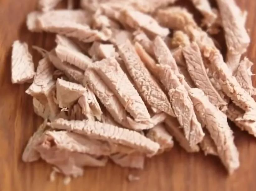 Мясо измельчают в соломку