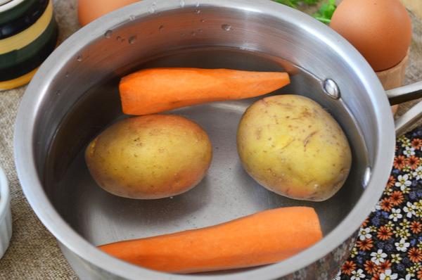 Картофель и морковь отварить