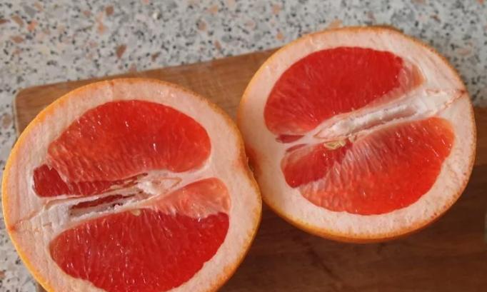 Разрежьте фрукты пополам.