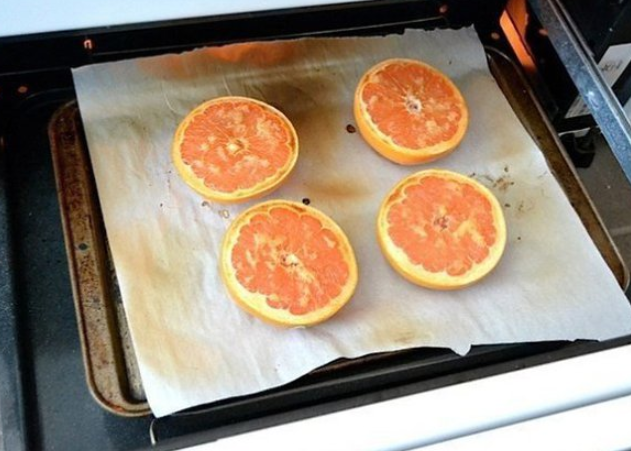 Выложите половинки грейпфрутов на противень
