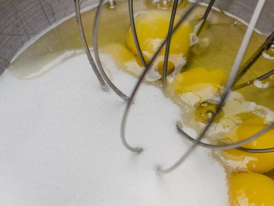 яйцо с сахаром и солью взбить миксером