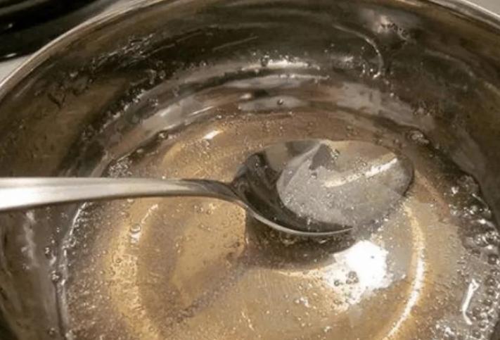 Разведите желатин в теплой воде